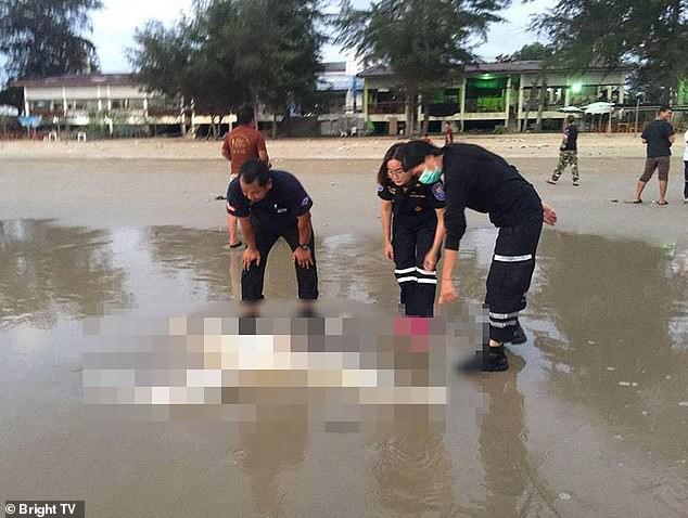2 thi thể nam lõa thể, mất đầu dạt vào bờ biển. Trong khi đó, đầu của 1 người phụ nữ được ngư dân tìm thấy (ảnh: Bright TV)