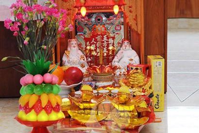 Theo quan niệm của dân gian, Thần Tài mang lại tiền bạc hay của cải, nên mỗi gia đình, nhất là gia đình mua bán hay kinh doanh đều có bàn thờ Thần tài để cầu xin mua may bán đắt, tiền bạc sung túc.