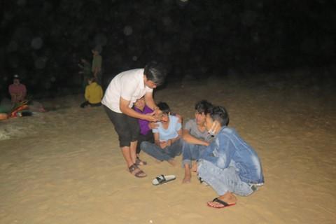 Gia đình các nạn nhân chờ tin người thân trên biển Bình Minh vào tối 8/2. ẢNH: HỮU TRÀ