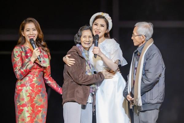 Hương Tràm giúp đỡ 2 vợ chồng già tìm con trai thất lạc 17 năm.