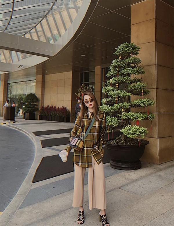Sau khi hưởng ứng phong trào ngày Tết mặc áo dài, Yến Trang trở lại với phong cách street stye sành điệu và không thể thiếu yếu tố hợp mốt.