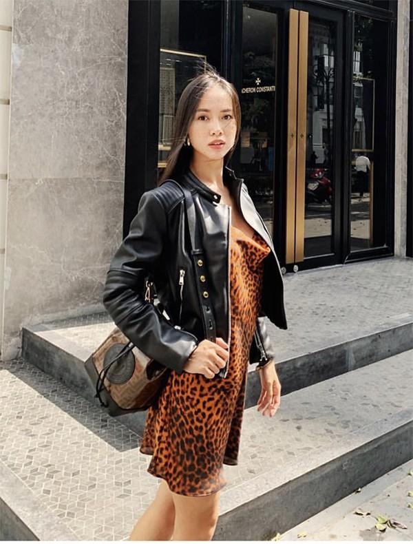 Vũ Ngọc Anh mix áo da khi sử dụng mẫu váy da beo - một trong những xu hướng được phái đẹp ưa chuộng nhất năm 2018.