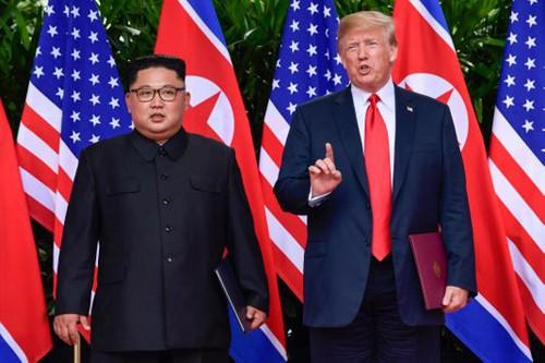 Tổng thống Mỹ Trump, phải, và lãnh đạo Triều Tiên Kim Jong-un trong cuộc gặp lần một tại Singapore năm ngoái. Ảnh: AP.