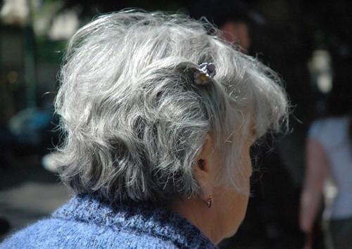 Nhiều người già buồn bã khi bị chính những người thân bỏ rơi. Ảnh: Asiaone.