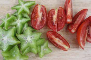 Bước 2: Cà chua, khế rửa sạch, cắt lát. Hành lá rửa sạch, thái nhỏ.