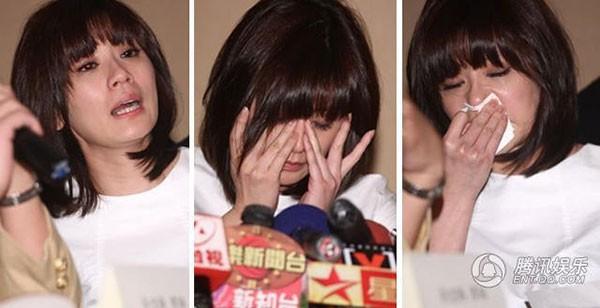 Giả Tịnh Văn khóc lóc van xin chồng cũ trao trả lại con gái