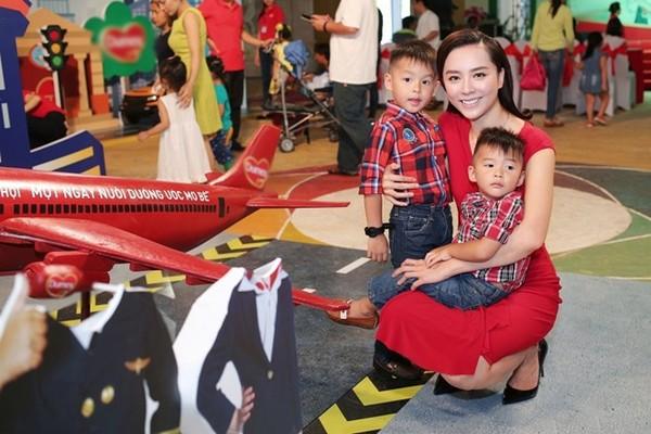 Dương Trương Thiên Lý và 2 con cách lúc bé.