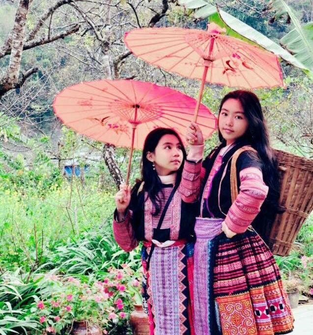 Sinh ra trong gia đình có truyền thống nghệ thuật, các cô con gái của nghệ sĩ Việt nhận được sự quan tâm của công chúng ngay từ nhỏ. Các em được nhận xét ngày càng xinh đẹp, đáng yêu. MC Quyền Linh cho biết anh tự hào về Lọ Lem và Hạt Dẻ vì hai con gái không chỉ học tốt mà còn ngoan ngoãn.    Riêng Lọ Lem (tên thật là Thảo Linh), mới 13 tuổi nhưng đã sở hữu chiều cao nổi bật, 1,7 m. Cô bé thừa hưởng nét đẹp của cả ba, mẹ với đôi mắt sáng và đường nét gương mặt thanh tú. Nhiều khán giả cho rằng trong tương lai, nếu thi hoa hậu, cô bé sẽ là ứng cử viên nặng ký.      MC Quyền Linh cho biết con gái có khả năng đàn, hát và vẽ tranh. Đặc biệt, sinh ra trong gia đình giàu có nhưng theo lời kể của nam MC, Thảo Linh và em gái sống khiêm tốn, tình cảm, biết quan tâm đến mọi người xung quanh.      Ở tuổi 11, con gái út của NSND Hồng Vân và Lê Tuấn Anh được dự đoán là mỹ nhân tương lai. Bí Ngô (tên thật là Bảo Châu) hiện học cấp 2 tại một trường quốc tế ở TP.HCM. Cô bé được tiếp xúc với nghệ thuật từ nhỏ khi thường xuyên có mặt tại sân khấu Phú Nhuận với mẹ.      NSND Hồng Vân tiết lộ cô bé không chỉ có năng khiếu nghệ thuật mà còn có tố chất của một nhà khoa học. Bí Ngô thích nghiên cứu, tìm tòi và sáng tạo những sản phẩm ứng dụng trong cuộc sống.      Con gái của NSƯT Chiều Xuân và nhạc sĩ Đỗ Trung Quân nổi tiếng khi tham gia cuộc thi The Voice Kids 2013. Hồng Khanh được đánh giá là nghệ sĩ trẻ tài năng khi hát hay, chơi được nhiều nhạc cụ và khả năng diễn xuất giống mẹ.      Ở tuổi 15, Hồng Khanh ra dáng thiếu nữ. Cô bé được cha mẹ ủng hộ việc theo đuổi nghệ thuật.      Khánh Ngân - con gái đầu của NSƯT Trịnh Kim Chi sở hữu chiều cao 1,7 m. Cô bé 15 tuổi đang học tại một trường quốc tế ở TP.HCM. Trịnh Kim Chi cho biết vào ngày cuối tuần, dịp nghỉ hè thường cho Khánh Ngân đến sân khấu học diễn xuất. Tuy nhiên, nữ nghệ sĩ khẳng định không khuyến khích con gái theo nghề của mẹ. Cháu diễn vì đam mê thì tôi ủng hộ nhưng không mong con theo đuổi nghề này do quá vất vả, Trịnh Kim C