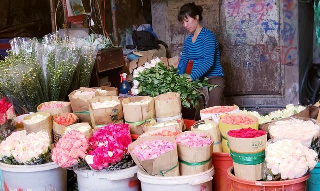 Hoa hồng chiếm lĩnh thị trương trước ngày Lễ tình nhân 14.2 (Ảnh: PT)
