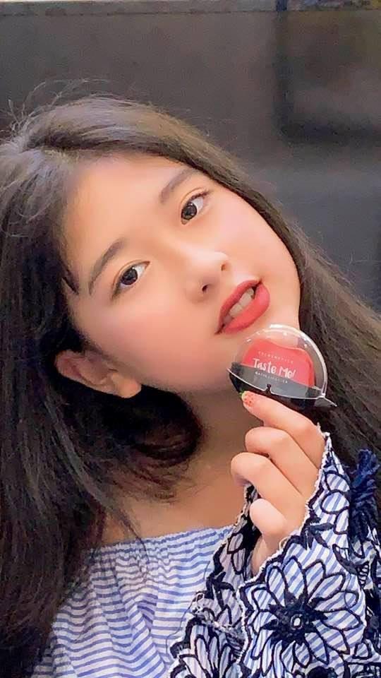 Ở tuổi 11, con gái út của NSND Hồng Vân và Lê Tuấn Anh được dự đoán là mỹ nhân tương lai. Bí Ngô (tên thật là Bảo Châu) hiện học cấp 2 tại một trường quốc tế ở TP.HCM. Cô bé được tiếp xúc với nghệ thuật từ nhỏ khi thường xuyên có mặt tại sân khấu Phú Nhuận với mẹ.