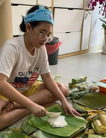 NSND Hồng Vân tiết lộ cô bé không chỉ có năng khiếu nghệ thuật mà còn có tố chất của một nhà khoa học. Bí Ngô thích nghiên cứu, tìm tòi và sáng tạo những sản phẩm ứng dụng trong cuộc sống.