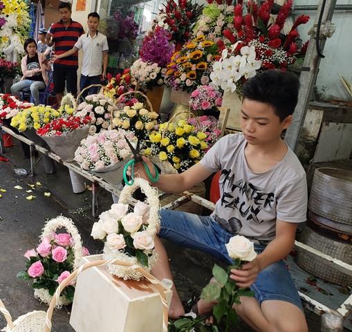 Mỗi bông hoa hồng ngoại có giá đắt đỏ, hàng trăm nghìn đồng/bông vẫn được khách hàng lựa chọn