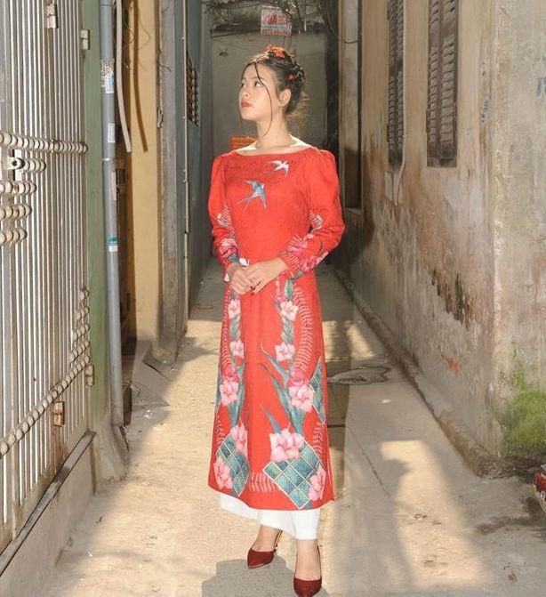 Ở tuổi 15, Hồng Khanh ra dáng thiếu nữ. Cô bé được cha mẹ ủng hộ việc theo đuổi nghệ thuật.