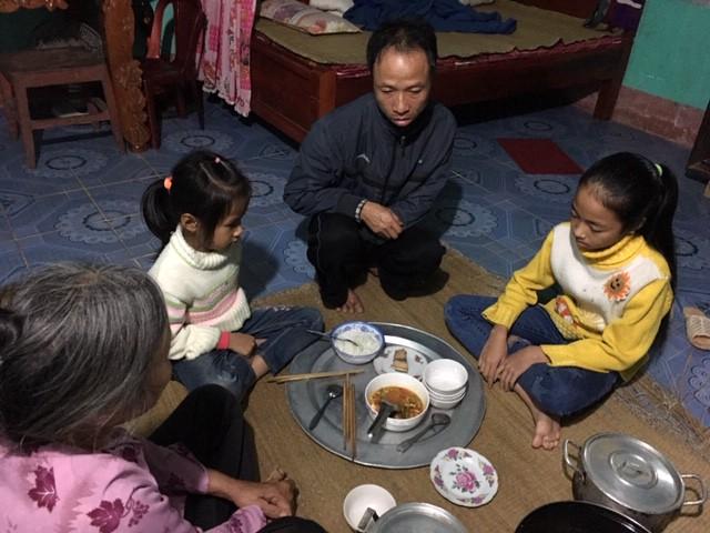 Bữa cơm đạm bạc của gia đình bà Lát