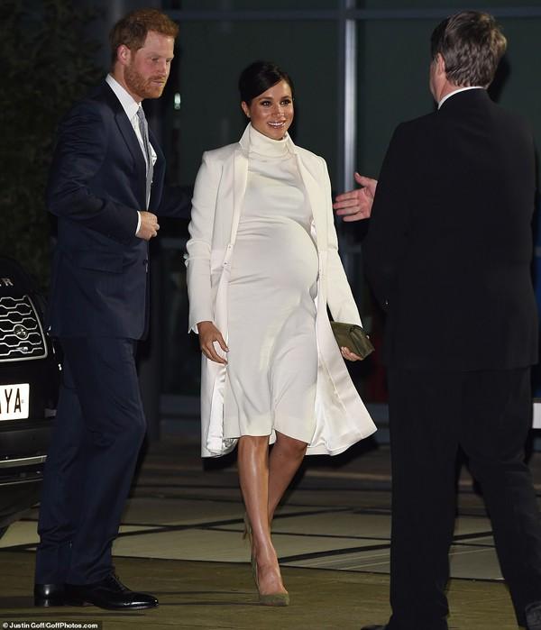 Cô đi cùng chồng là hoàng tử Harry.