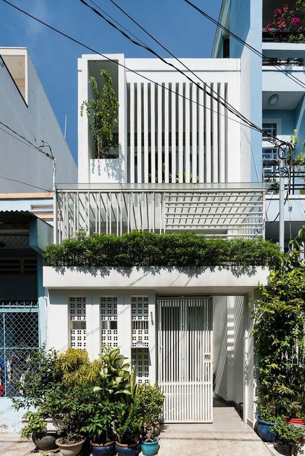 Căn nhà nhỏ xinh này có tên Gia Bình House, nằm tại hẻm đông đúc dân cư cách xa trung tâm thành phố Sài Gòn hiện đại.