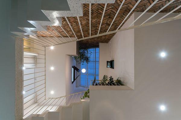 …trong khi mái ngói thô truyền thống giúp mang đến điểm nhấn, sự tương phản và ấm cúng cho không gian mở.
