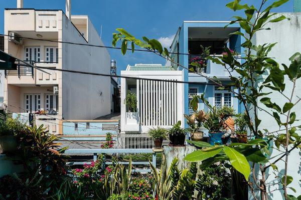Vị trí căn nhà tại nơi nhiều nhà mọc san sát nên khó đón ánh nắng.