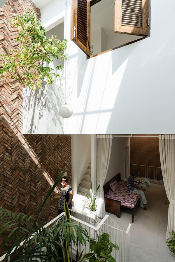 Các kiến trúc sư đã thiết kế một phòng ngủ ở tầng trệt bởi vợ chồng chủ nhà đều đã có tuổi và muốn hạn chế sử dụng cầu thang.