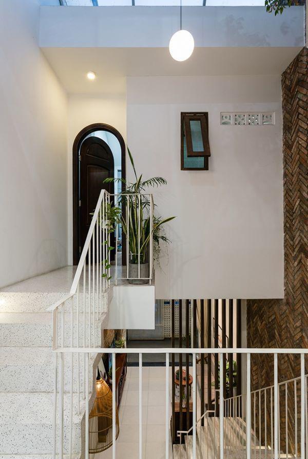 Ngân sách cho dự án cải tạo căn nhà là rất hạn hẹp, nên các kiến trúc sư đã cố gắng tận dụng kiến trúc của nhà cũ.