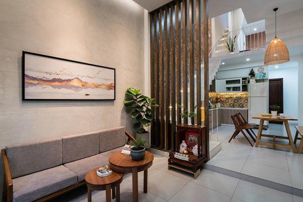 Căn nhà khá hẹp, nên phòng bếp được thiết kế dưới cầu thang…