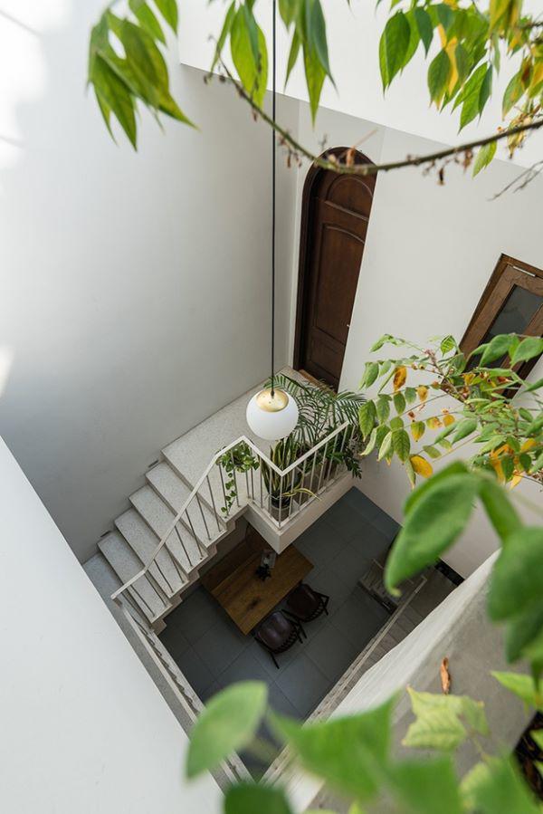 …trong khi bàn ăn đặt thẳng chính giữa giếng trời để tận dụng ánh sáng tối đa và luồng gió vào nhà.