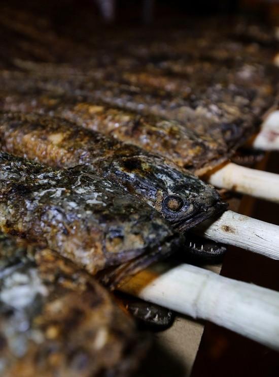 Người nướng thường xuyên phải trông để trở cá cho khỏi cháy, thịt chín đều. Bình thường khi nướng sẽ moi mật cho khỏi đắng nhưng ngày vía Thần tài, nó phải được để lại nhằm cho cá được nguyên vẹn khi cúng, anh Hoa (nhân viên nướng cá) chia sẻ.
