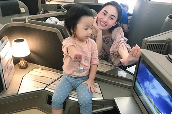Người đẹp thường xuyên khoe hình ảnh đi chơi sang chảnh. Đây là hình ảnh cô đi máy bay hạng Vip sang Canada chơi cùng con gái.
