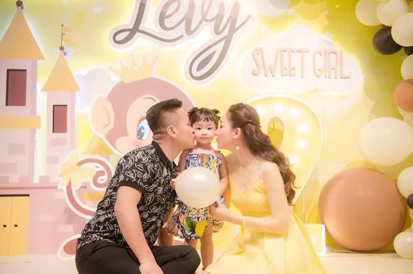 Gia đình hạnh phúc của Á hậu Ngô Trà My.
