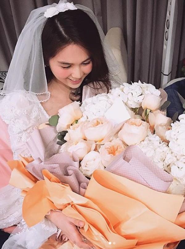 Ngọc Trinh nhận bó hoa khủng từ bạn trai ngày Valentine.