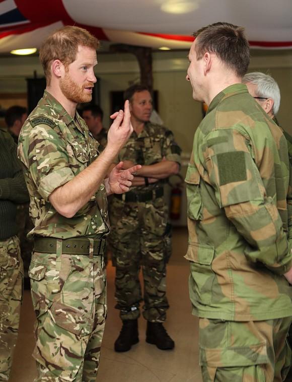 Harry lập tức được dẫn vào căn cứ để giao ban và gặp các quân nhân cao cấp.