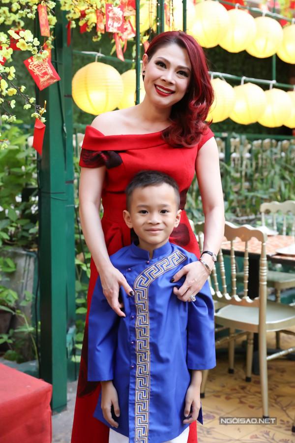 Bé Jacky - con nuôi đồng thời là cháu ruột của Thanh Thảo - mặc áo dài tham dự buổi tiệc do mẹ tổ chức.