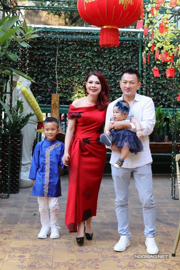 Nhiều người mừng cho Thanh Thảo đã có một gia đình đủ đầy, viên mãn sau nhiều lận đận tình duyên.