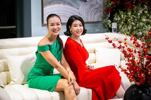 Ngoài NS Chiều Xuân còn có Hoa hậu Hà Kiều Anh đọ dáng bên Hoa hậu Phụ nữ Việt Nam qua ảnh Trần Bảo Ngọc. Dù đã bước sang tuổi U50 nhưng cả hai người đẹp đều giữ được vóc dáng cùng gương mặt tươi trẻ.