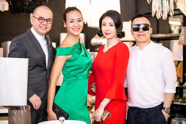 Hai người đẹp chụp ảnh kỉ niệm cùng doanh nhân Dương Quốc Nam và ông bầu Vũ Khắc Tiệp.