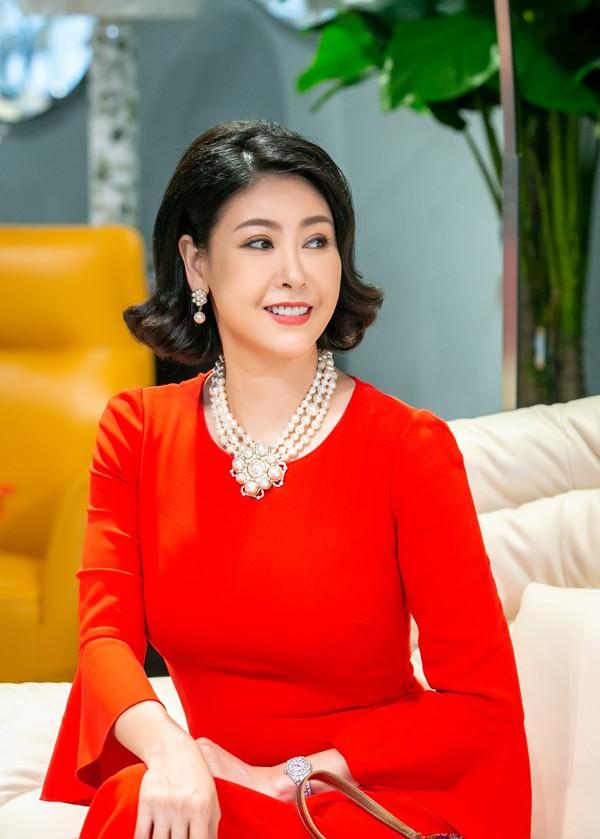 Xuất hiện trong buổi khai trương đầu năm của một showroom nội thất cao cấp ở Hà Nội vào hôm qua (16/2), Hà Kiều Anh diện váy đỏ rực, kết hợp cùng trang sức ngọc trai đắt tiền. Hoa hậu chọn cách make-up nhẹ nhàng, tạo kiểu tóc cổ điển để tôn lên vẻ rạng rỡ trong những ngày đầu xuân.