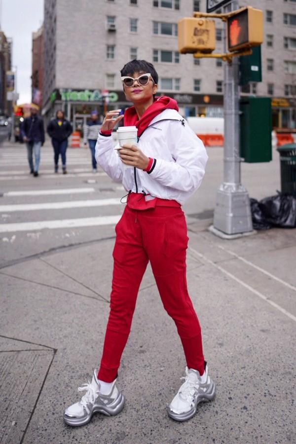 Trang phục thể thao tông màu trắng đỏ được Hoa hậu Hoàn vũ VN 2017 phối hợp ăn ý cùng phụ kiện mắt kính và giầy đế thô hot trend.