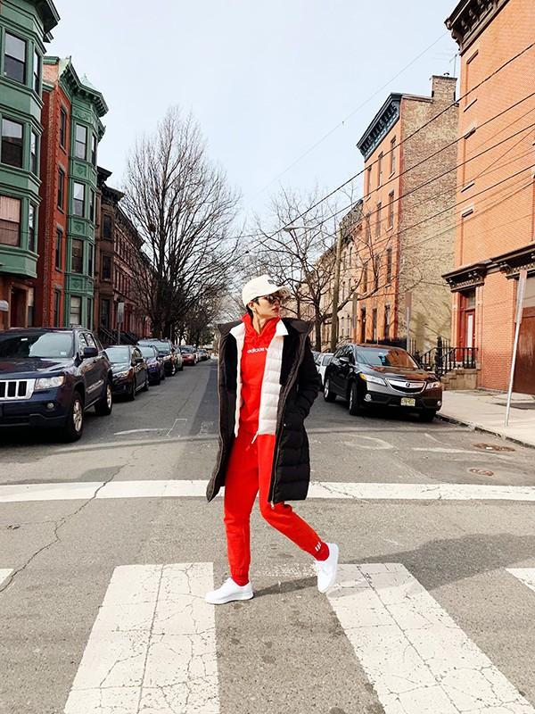 Cùng diện set đồ áo hoodie, quần jogger vải nỉ nhưng mẫu giầy đế thô khiến HHen Niê ấn tượng hơn kiểu giầy sneaker dáng cơ bản.