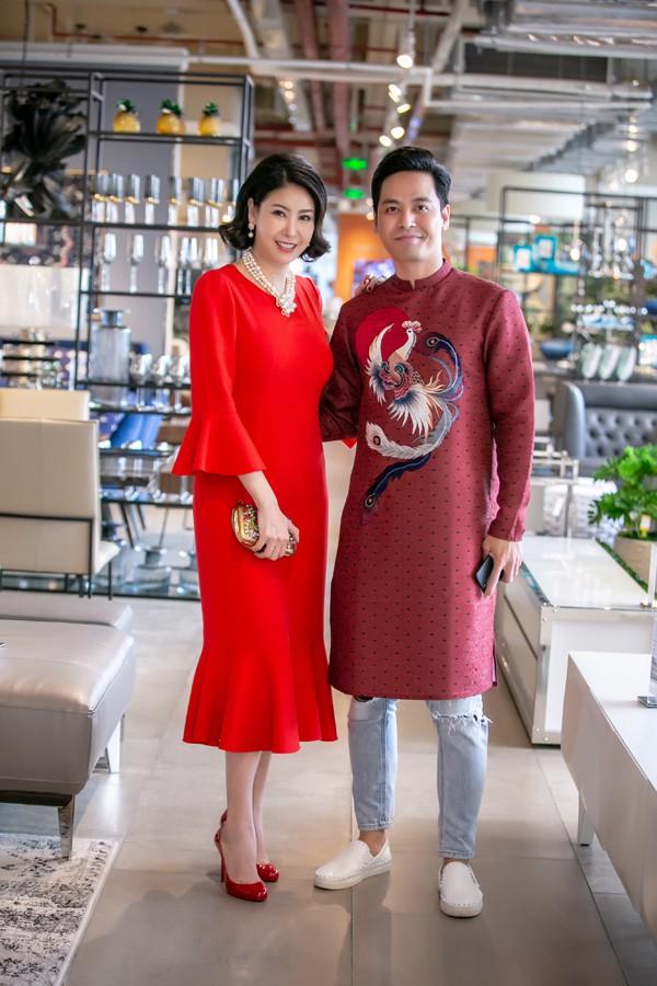 Bà mẹ ba con còn thân thiết với MC Phan Anh.