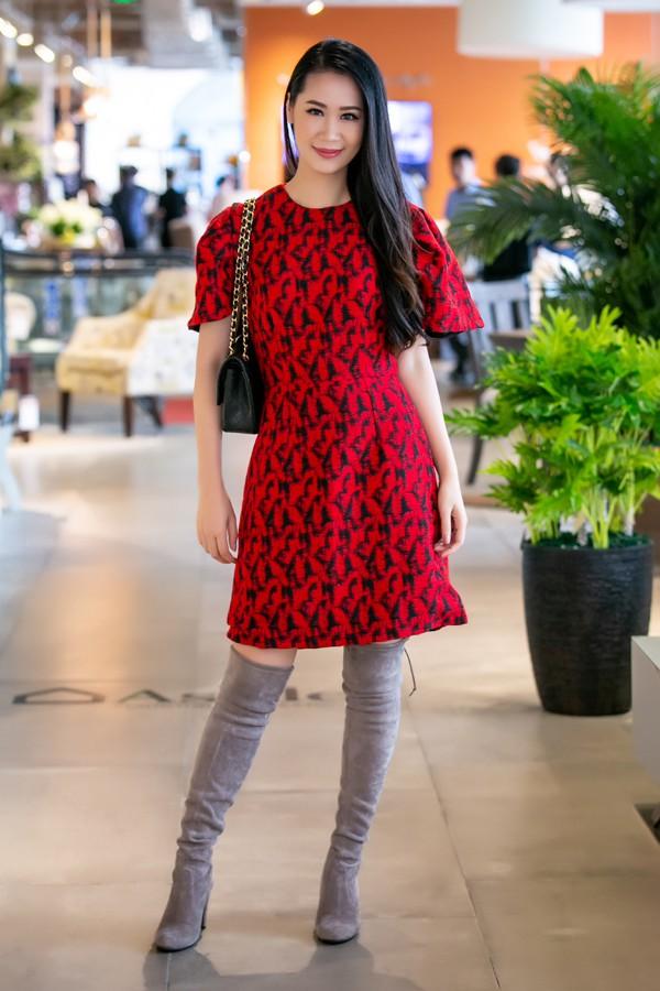 Hoa hậu Dương Thuỳ Linh mix váy ngắn hoạ tiết đỏ với boots cao quá gối.