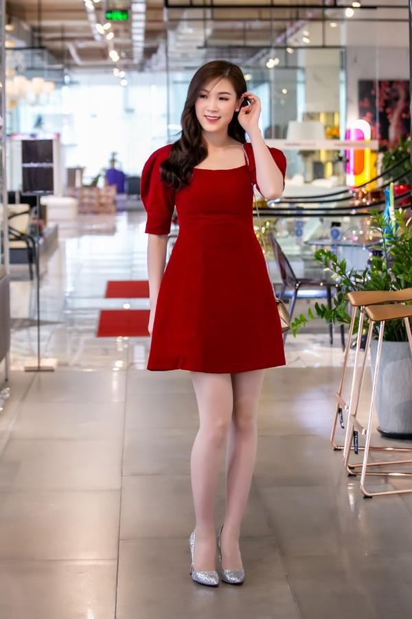 Hoa hậu Áo dài 2018 Phí Thuỳ Linh cũng chọn trang phục đỏ rực.
