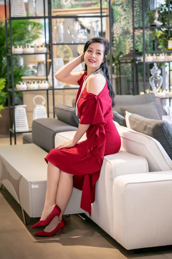 NSƯT Chiều Xuân khoe khéo vai trần gợi cảm. Chị được khen ngày càng trẻ trung dù đã lên chức bà ngoại.