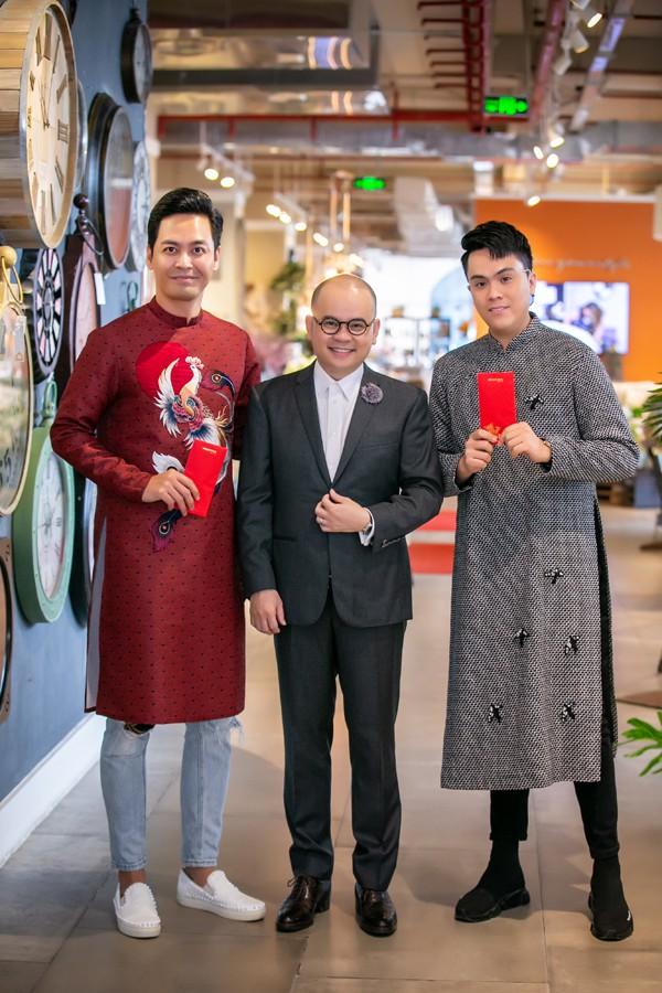 MC Phan Anh, MC Thái Dũng chúc mừng chủ nhân của sự kiện - doanh nhân Dương Quốc Nam.