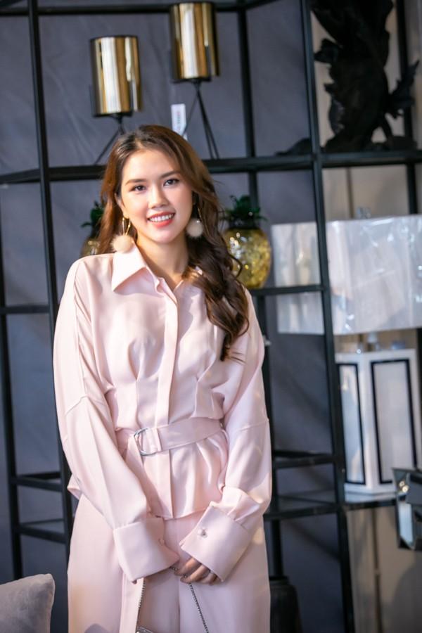 Ngoài nghệ sĩ Chiều Xuân, Hoa hậu Hà Kiều Anh còn có người đẹp Thùy Dương, vợ diễn viên Minh Tiệp.