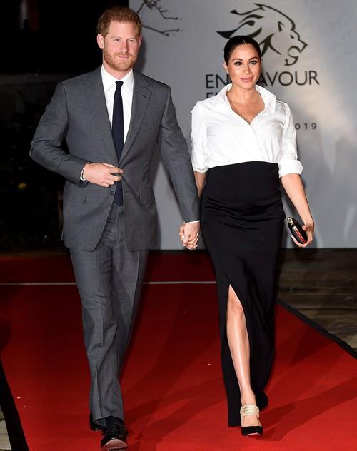 Hoàng tử Harry nắm chặt tay vợ bầu khi dự lễ trao giải cho người khuyết tật hôm 7/2. Ảnh: GoffPhotos.