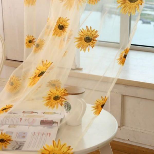 Tấm vải rèm mỏng mảnh màu trắng làm nền cho họa tiết hướng dương đẹp nổi bật và tăng thêm nét đẹp tinh tế cho không gian nấu nướng.