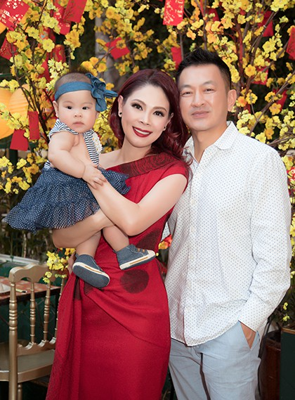 Ca sĩ Thanh Thảo bên chồng và con gái. Bé Talia gần sáu tháng tuổi.