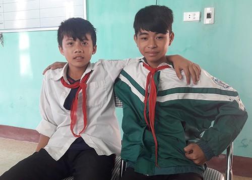 Nam sinh Chương (trái) và bạn thân Phi Anh. Ảnh: Đ.H