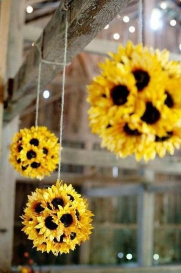"""Bạn cũng có thể tự """"chế"""" một bình hoa hướng dương xinh yêu bất ngờ bằng chính khả năng khéo léo của mình."""