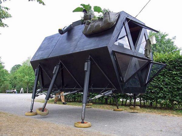 """1, N55 Walking House ở Đan Mạch là ngôi nhà """"kì diệu"""" bởi nó có thể """"đi lại"""" bằng 6 """"chiếc chân"""" của mình hệt như những con bọ."""